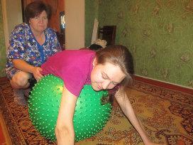 Фото: из личного архива Алексеевых. Мама Таисия помогает Полине заниматься