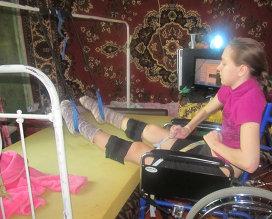 Фото: из личного архива Алексеевых Полина занимается на тренажере с резинками