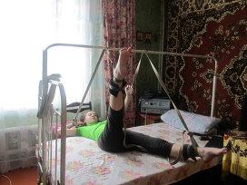 Фото: из личного архива Алексеевых.  Ежедневные занятия Полины на самодельном тренажере с вожжами