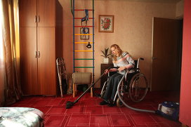 Даже находясь в инвалидной коляске, Анна предпочитает делать все сама