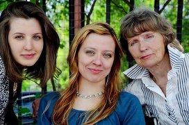 Чарторижской Анна (в центре) с мамой и подругой. 2011 год