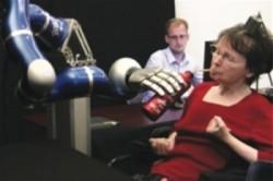 Биологи научили инвалидов управлять кибер-рукой при помощи силы мысли