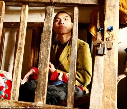 Китаец более двадцати лет прожил в деревянной клетке