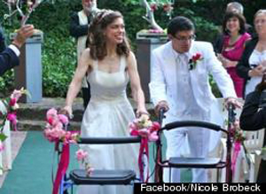 Влюбленная пара с ограниченными возможностями сыграла сказочную свадьбу благодаря щедрости незнакомых людей