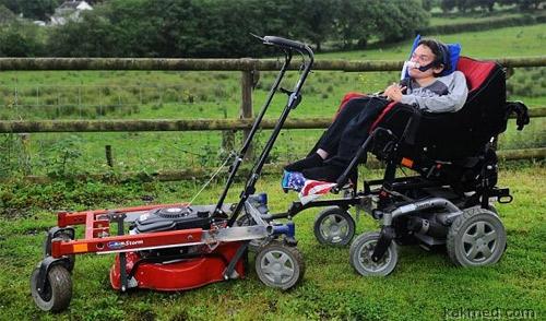 Прикованный к коляске инвалид-дистрофик открыл свой бизнес — косит траву