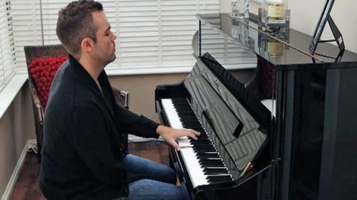 Однорукий пианист получил диплом