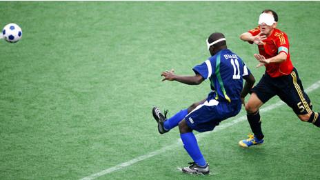 Футболисты в поле играют с повязками на глазах