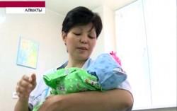 В Алматы женщина без обеих ног родила сына