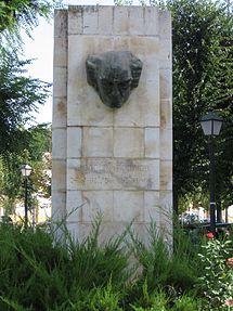 Памятник Родриго в Аранхуэсе, имя композитора написано на испанском языке и шрифтом Брайля