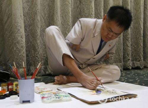 В Сингапуре художник без рук показал свои потрясающие картины
