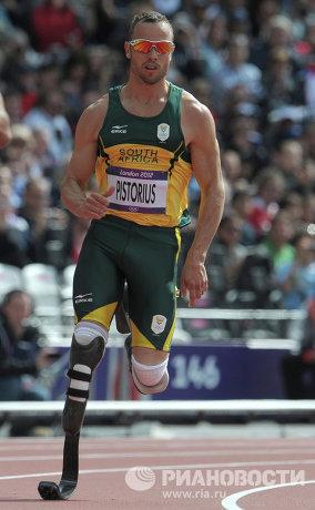 На фото: Оскар Писториус, выступающий на протезах, участвует в мужском квалификационном забеге на 400 м во время легкоатлетических соревнований на XXX летних Олимпийских играх в Лондоне.