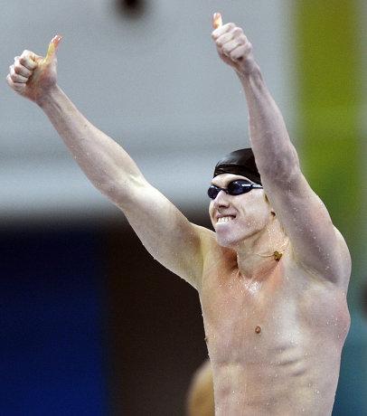 На фото: Максим Веракса празднует победу в соревнованиях по плаванию на Паралимпийских играх в Пекине.