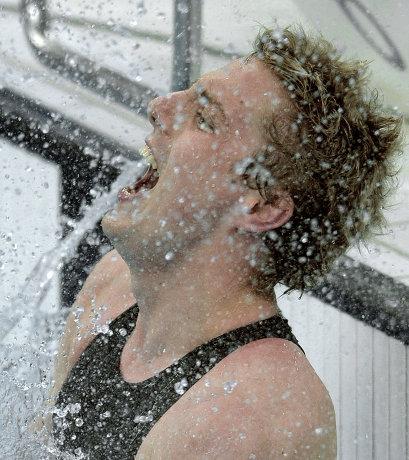 На фото: Мэтью Каудри празднует победу в соревнованиях по плаванию на Паралимпийских играх в Пекине.