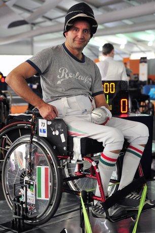 На фото: Пал Секереш принимает участие в соревнованиях по фехтованию на колясках на Международном чемпионате в Катании.