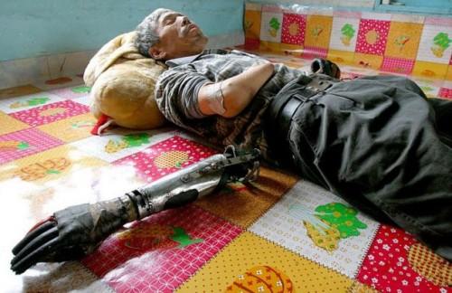 Китайский фермер, потерявший обе руки, создал протезы из металлолома