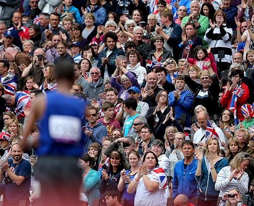 Зрители стоя аплодируют всем участникам соревнований, восхищаясь их волей и мужеством