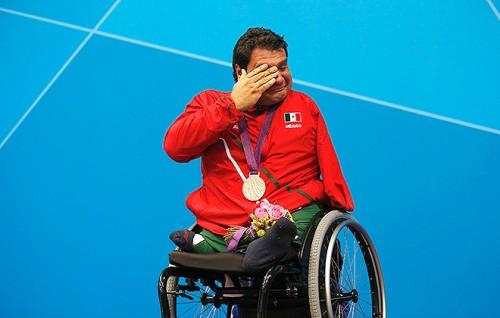 Слезы на церемонии награждения в бассейне Паралимпиады
