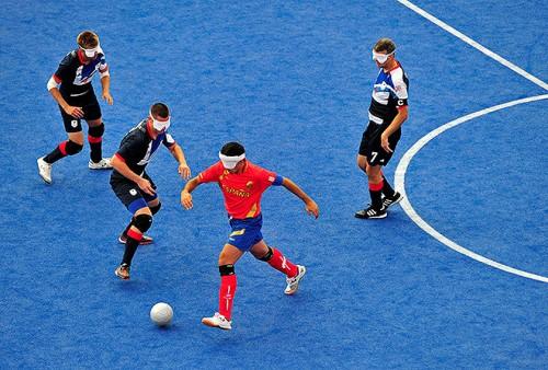 Есть на паралимпиаде и футбол для незрячих - в мяч встроены специальные бубенцы, а тренеры активно подсказывают футболистам. Перед пробитием штрафных и пенальти по штангам обязательно постучат палочкой