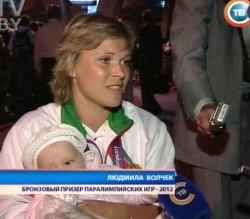 Белорусских паралимпийцев в аэропорту с оркестром и огромным тортом встретили родственники и болельщики