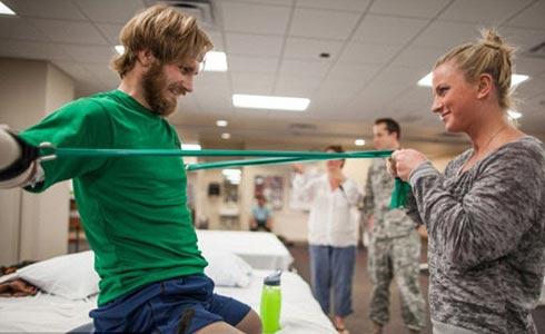 Даниэль помогала Тейлору проходить реабилитацию Фото: Timdoddphotography.com