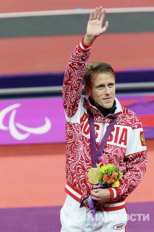 На фото: Роман Капранов во время церемонии награждения на ХIV летних Паралимпийских играх в Лондоне. Российский легкоатлет Роман Капранов завоевал золото Паралимпиады-2012 в беге на 200 метров, повторив мировой рекорд.