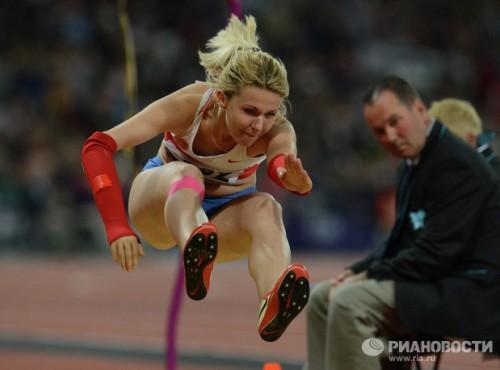 На фото: спортсменка Николь Родомакина, завоевавшая золотую медаль, во время соревнований по прыжкам в длину на соревнованиях по легкой атлетике на Паралимпийских играх 2012 в Лондоне.