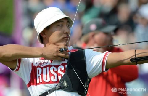 На фото: спортсмен Тимур Тучинов, завоевавший золотую медаль, на соревнованиях по стрельбе из классического лука на Паралимпийских играх 2012 в Лондоне.