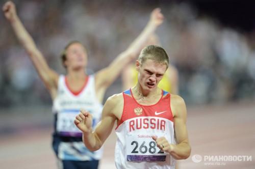 На фото: спортсмен Евгений Швецов (на первом плане) финиширует в забеге на 400 м в соревнованиях по легкой атлетике среди мужчин на ХIV летних Паралимпийских играх в Лондоне.