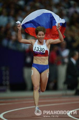На фото: Елена Паутова после финиша в забеге на 1500 м в соревнованиях по легкой атлетике среди женщин на ХIV летних Паралимпийских играх в Лондоне. Елена Паутова завоевала золотую медаль.