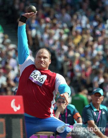 На фото: Алексей Ашапатов во время толкания ядра на соревнованиях по легкой атлетике на ХIV летних Паралимпийских играх в Лондоне. Алексей Ашапатов завоевал золотую медаль.