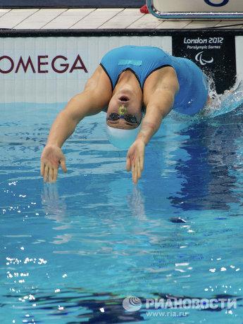 На фото: Оксана Савченко в заплыве на 100 м на спине во время соревнований по плаванию на ХIV летних Паралимпийских играх в Лондоне.