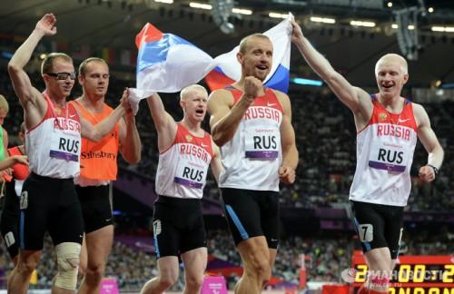 На фото: спортсмены Федор Триколич, Евгений Киселев, Алексей Лабзин, Андрей Коптев (справа налево) радуются победе в эстафете 4х100 м во время соревнований по легкой атлетике на ХIV летних Паралимпийских играх в Лондоне. Российская команда завоевала золотую медаль.