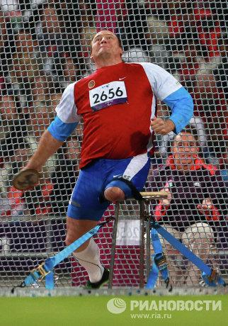 На фото: российский легкоатлет Алексей Ашапатов во время соревнований по метанию диска среди спортсменов на колясках.