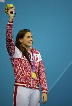 © РИА Новости. Илья Питалев  Россиянка Оксана Савченко, выигравшая золотую медаль в заплыве на дистанции 50 м вольным стилем в категории S12 в финальных соревнованиях по плаванию на XIV Паралимпийских играх в Лондоне, на церемонии награждения.