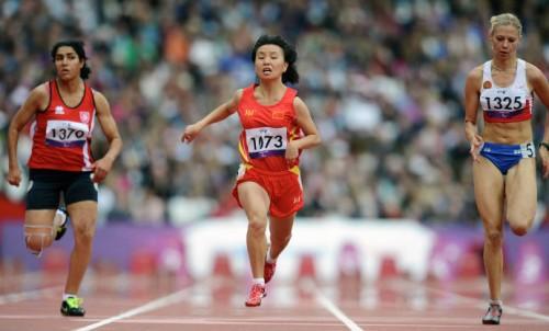 На фото: Маргарита Гончарова, выигравшая золотую медаль в забеге на 100 м на соревнованиях по легкой атлетике на XIV Паралимпийских играх в Лондоне.