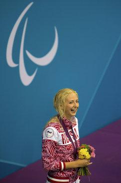 © РИА Новости. Илья Питалев  Россиянка Олеся Владыкина, завоевавшая серебряную медаль в заплыве на 200 м во время соревнований по комплексному плаванию на ХIV летних Паралимпийских играх в Лондоне, на церемонии награждения.