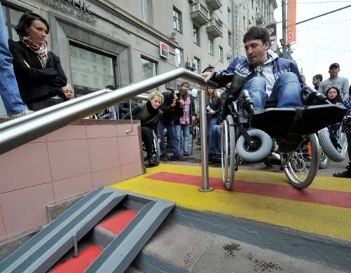 """Знаменитости проверили """"доступную среду"""", сев в инвалидные кресла"""