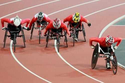Женский заезд на 200 метров во время соревнований по легкой атлетике