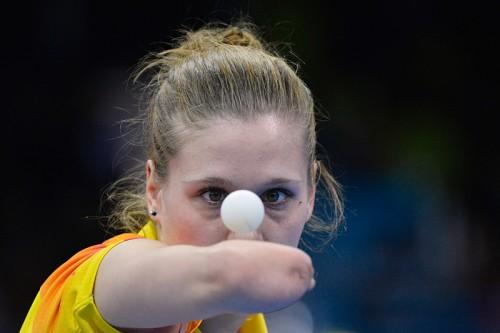 Польская теннисистка Наталья Партика смотрит на мяч
