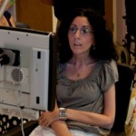 Парализованная женщина рисует картины глазами