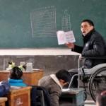 В Китае инвалид на коляске преподает в сельской школе