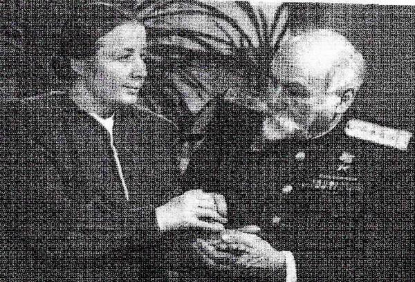 О. И. Скороходова беседует с академиком Л. А. Орбели при помощи кожной чувствительности.