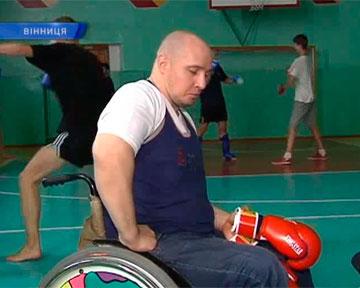 Боец с парализованными ногами готовит звезд ринга