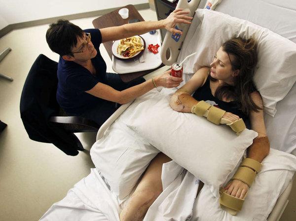 После двойной операции по пересадке рук Линдси Эсс пришлось заново привыкать к новым рукам