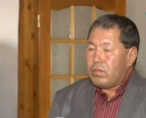 Казахстанец чинит часы пальцами ног