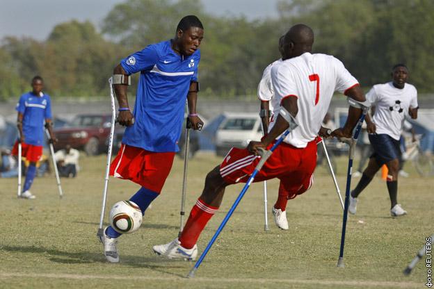 Инвалиды играют в футбол