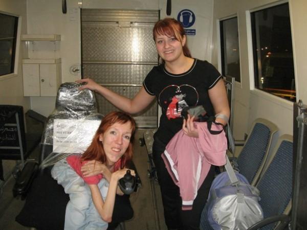 Мы с сестрой находимся в той самой специальной мини-комнате,которая транспортировала нас из самолета к аэропорту вместе с коляской.