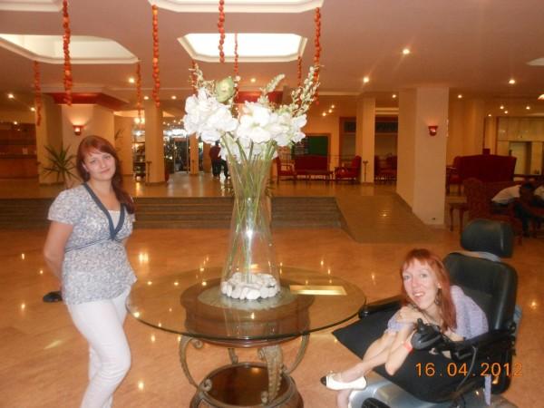 В холле отеля,на заднем плане хорошо виден пандус,такие пандусы были по всей территории отеля.