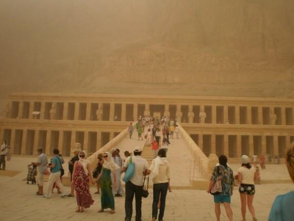 Храм царицы Хатшепсут. Как видно из фото,там вполне можно проехать на коляске.