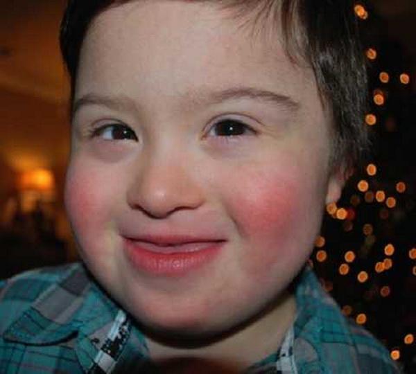 Официант ресторана отказался обслуживать посетителей, оскорбивших ребенка с синдромом Дауна